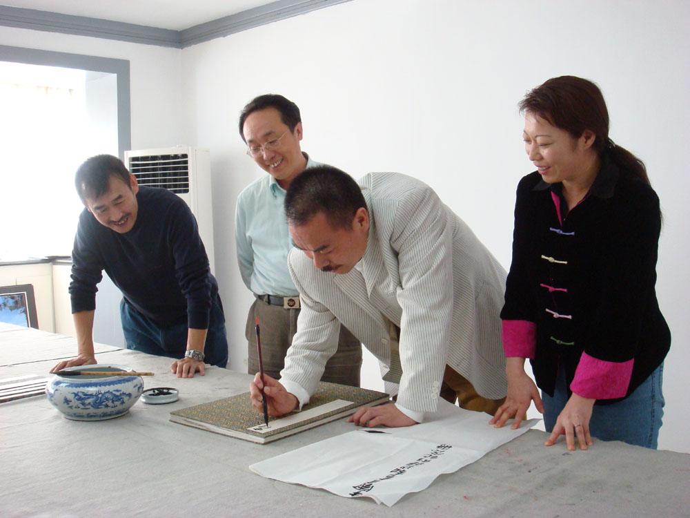 《中国书画报》边疆行采风团专访画家万顺图片